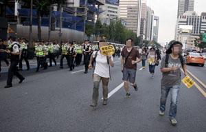 세월호 집회, 행진 가로막는 경찰...시민과 충돌