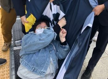 """차제연, 국회 본청 앞 기습 시위…""""차별금지법 연내 제정하라"""""""