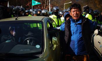 성주 소성리 사드기지에 장비 반입…경찰 강제해산 20여명 부상, 1명 연행