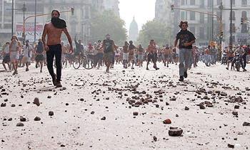 밀려오는 시위대에 무릎꿇은 아르헨티나 대통령