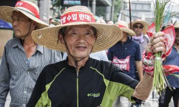 밥쌀용 쌀 수입 추진에 반발한 농민들 폭염 속 행진