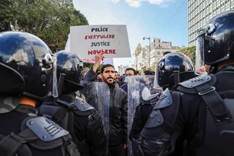 환상에서 벗어나는 튀니지 민주주의