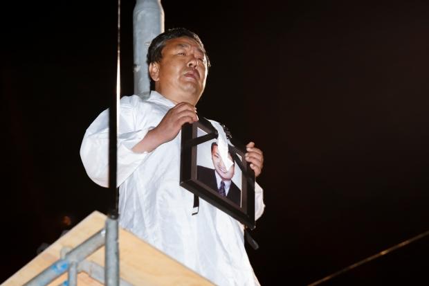유성 노동자들 현대차 본사 앞 고공농성 세 시간.. 경찰 강제진압