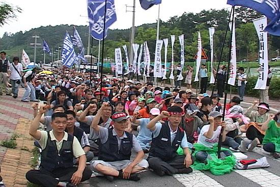 하이텍 앞 금속노조 파업집회 중 12명 강제연행