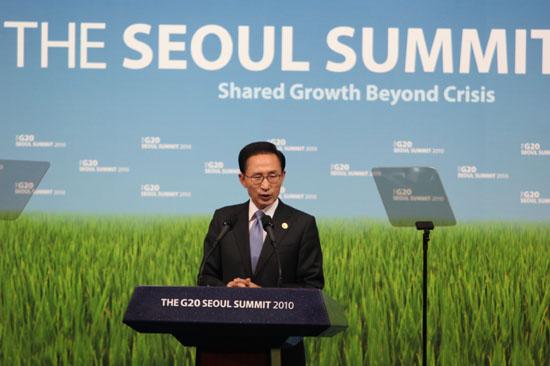 G20 서울정상회의 폐막연설을 하고 있는 이명박 대통령