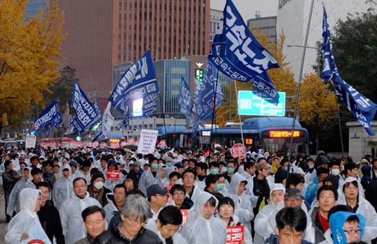 11월11일 '국제민중행동의 날'대회를 마친 금속노조 조합원들이 거리 행진을 하고 있다.