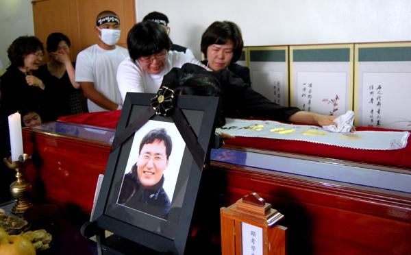 하수진씨는 박종태 열사의 관을 붙잡고 하염없이 흐느꼈다/ 미디어충청 천윤미 기자