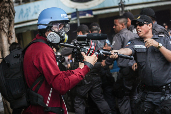 월드컵, 인권탄압 속 폐막...경기장에선 축배, 밖에선 몽둥이질